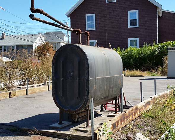 Heating oil tank installed on a driveway without bollards
